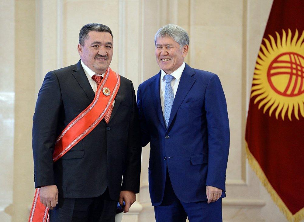 Алмазбек Атамбаев и Албек Ибраимов на церемонии вручения государственных наград в госрезиденции Ала-Арча