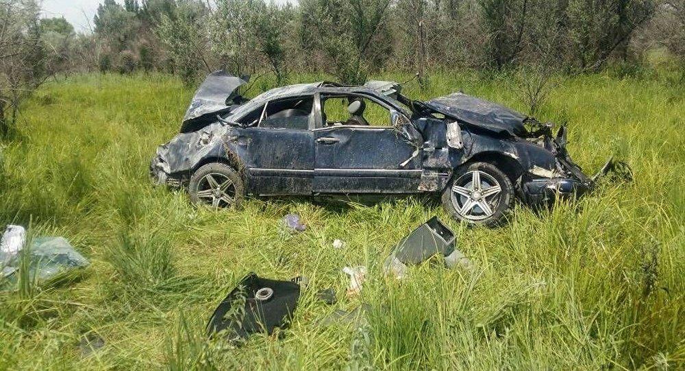 Бишкек — Нарын жолунун 44 чакырымындагы айланма жолдо Mercedes-Benz унаасы аласалып, ичиндеги үч киши каза тапканын Чүй облустук милициясы билдирди