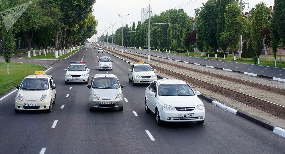 Движение транспорта на одной из улиц Ташкента. Архивное фото