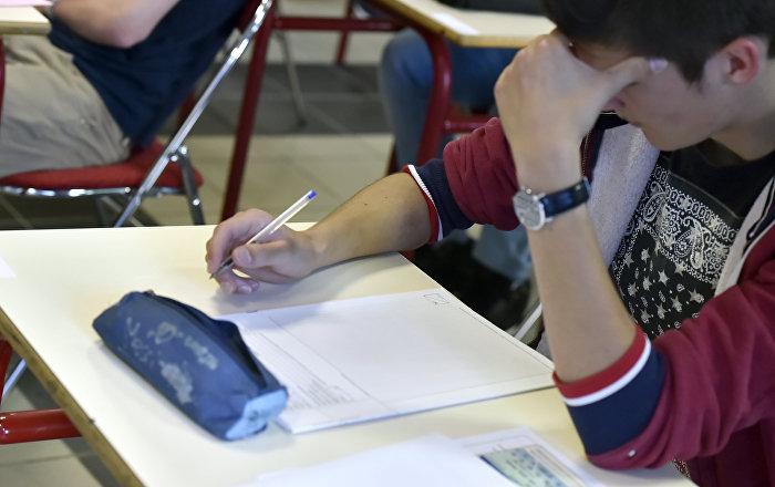 Выпускник во время сдачи экзамена. Архивное фото