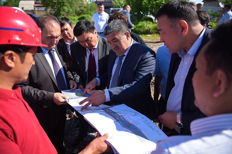 Глава столичного муниципалитета Албек Ибраимов посетил Октябрьский район, ознакомился с ходом строительства мостов и дорог