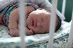 Новорожденный в родильном доме. Архивное фото