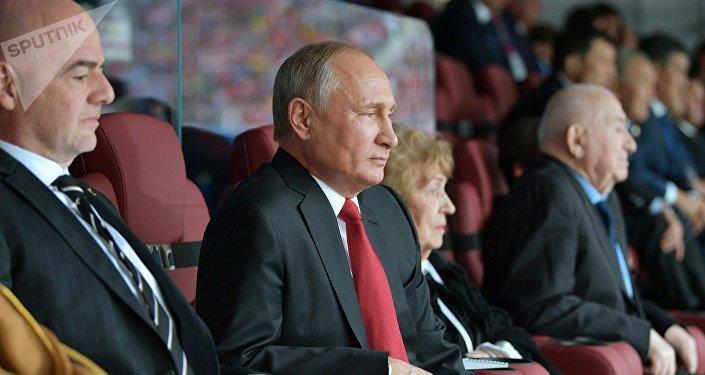 Архивное фото президента РФ Владимира Путина и президента FIFA Джанни Инфантино (слева) на торжественной церемонии открытия чемпионата мира