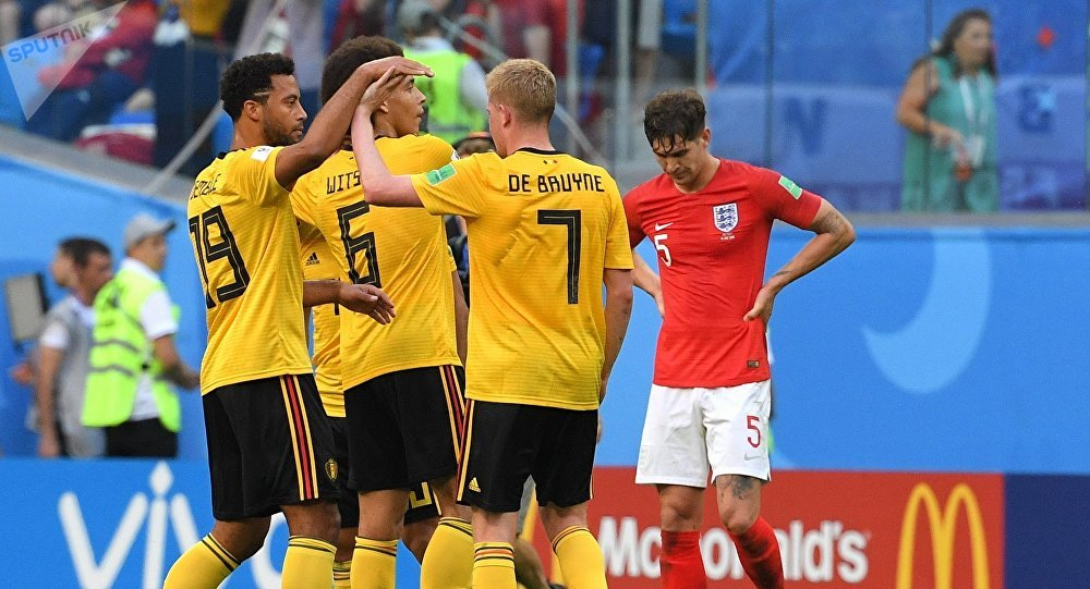 Игроки сборной Бельгии радуются забитому мячу в матче за третье место чемпионата мира по футболу между сборными Бельгии и Англии. Справа: Джон Стоунз (Англия) .