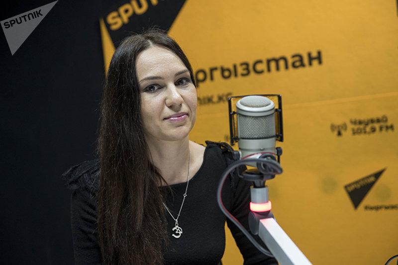Бишкекчанка Юлия Гагнидзе, работавшая туристическим гидом в Таиланде во время интервью на радиостудии Sputnik Кыргызстан