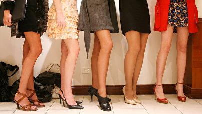 Девушки в юбках и каблуках. Архивное фото