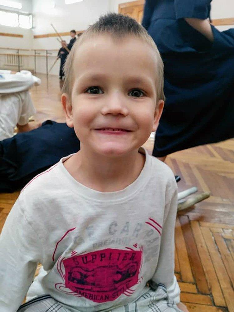 Это мальчик Миша. Он пропал 13 июля. По словам родных, ребенок спустился к БЧК помыть ноги и упал в воду.