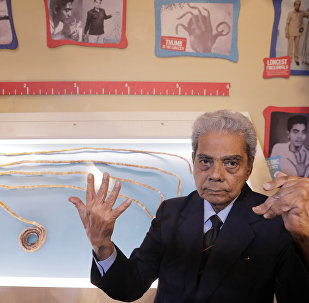 Индиец Шридхар Чиллал рядом со своими недавно подстригшими ногтями в музее Ripley's Believe it or Not в Нью-Йорке. 11 июля 2018 года