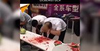 Как съесть большой арбуз за секунды — видео с забавного конкурса в Китае