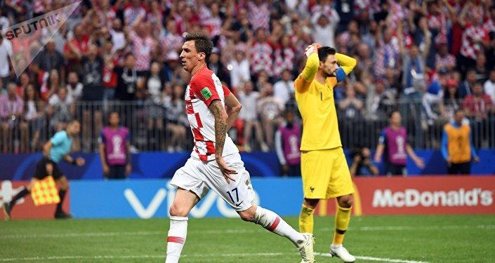 Счет открыли французы на 18-й минуте — после навеса Антуана Гризманна со штрафного, Марио Манджукич забил гол в свои ворота