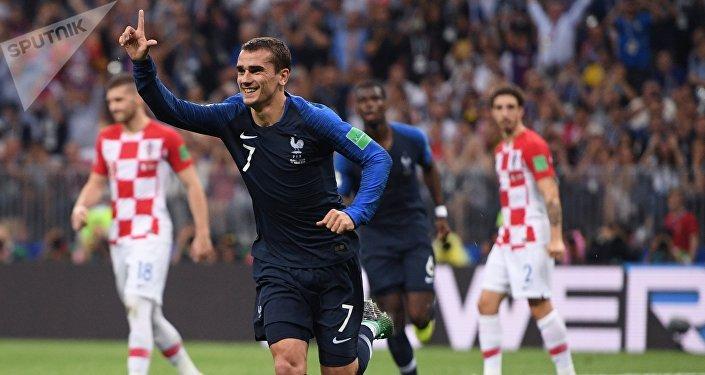 Затем французы вновь вышли вперед. Гризман под занавес первого тайма забил мяч с 11-метровой отметки