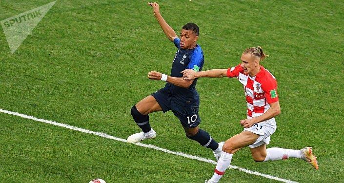 На 64-й минуте с передачи Люки Эрнандеса Килиан Мбаппе ударом из-за пределов штрафной сделал счет разгромным — 4:1 в пользу Франции