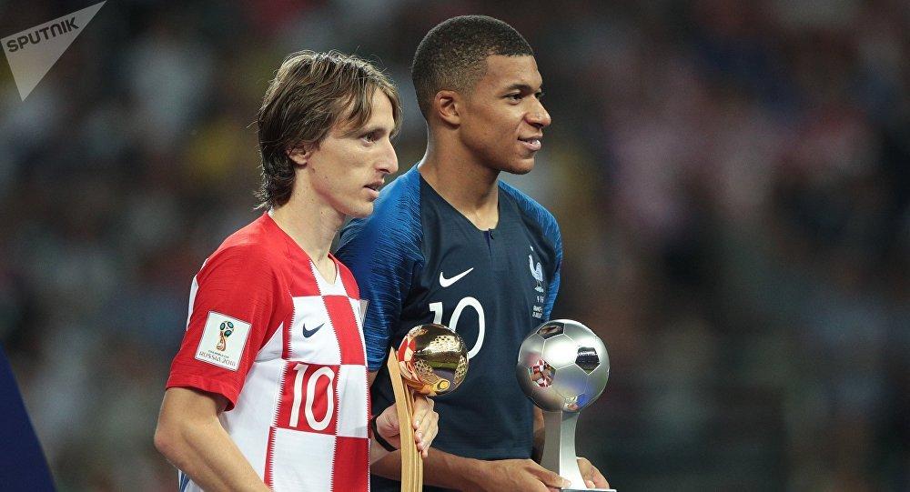 Слева направо: Лука Модрич (Хорватия), получивший приз лучшего игрока чемпионата мира и Килиан Мбаппе (Франция), получивший приз лучшего молодого игрока чемпионата мира на церемонии награждения победителей чемпионата мира по футболу 2018.