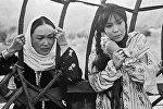 Клара Юсупжанова (слева) и Наталья Аринбасарова (справа) на съемках фильма Первый учитель режиссера Андрея Михалкова-Кончаловского. Архивное фото