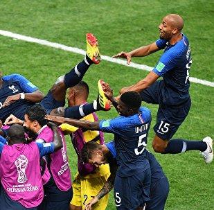 Игроки сборной Франции радуются забитому голу в финальном матче чемпионата мира по футболу между сборными Франции и Хорватии.