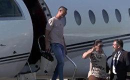 Как Роналду с семьей прилетел в Турин. Видео