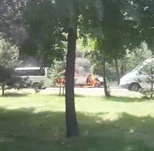 В Бишкеке горел автомобиль — видео очевидца