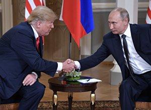 16 июля 2018. Президент РФ Владимир Путин и президент США Дональд Трамп (слева) во время встречи в президентском дворце в Хельсинки.