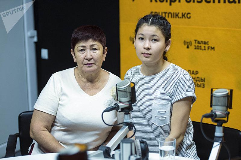 Гулжамал Керимбаева с дочерью Назбийке, которой нужна операция на почки