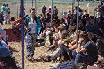 Туристы на этнофестивале Тескей жээк на южном берегу Иссык-Куля. Архивное фото