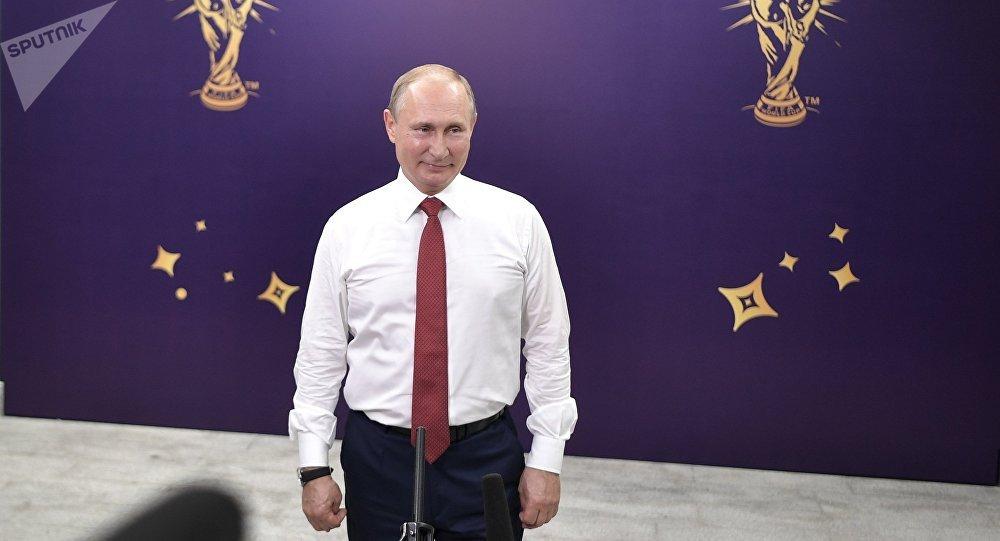 Президент РФ Владимир Путин выступает перед журналистами после церемонии награждения победителей чемпионата мира по футболу FIFA 2018 года на стадионе Лужники.