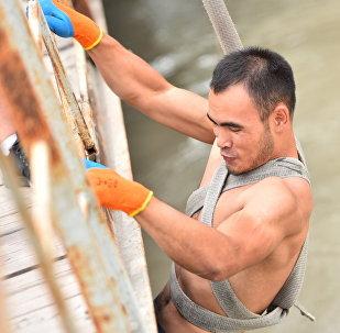 Добровольцы проводят спасательную операцию по поиску шестилетнего Миши, пропавшего в районе Большого Чуйского канала в Бишкеке