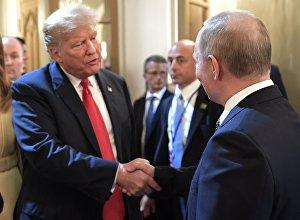 Президент РФ Владимир Путин и президент США Дональд Трамп (второй справа) с супругой Меланьей после совместной пресс-конференции по итогам встречи в Хельсинки.