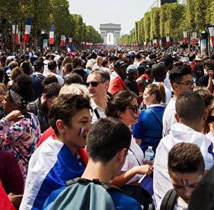 Болельщики на торжественной церемонии чествования чемпионов мира по футболу в Париже.