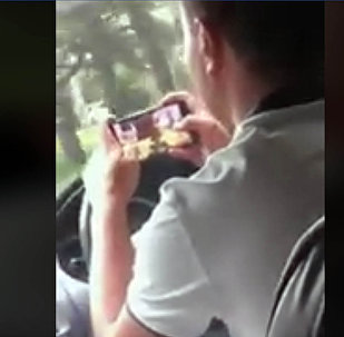 В Бишкеке таксист ехал за рулем и играл в Танки на телефоне. Видео