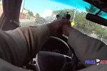 Полицейский застрелил преступника через лобовое стекло своего авто — видео