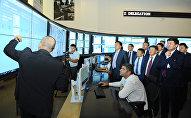 """Премьер-министр Мухаммедкалый Абылгазиев 17-июлда, Тбилиси шаарында """"Ачык өкмөт"""" өнөктөштүгү эл аралык демилгесинин саммитине катышуунун алкагында """"Акылдуу шаар"""" долбоорунун иши менен таанышты."""