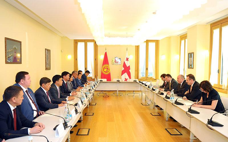 Премьер-министр Кыргызстана Мухамметкалый Абылгазиев встретился с президентом Грузии Георгием Маргвелашвили в Тбилиси в рамках саммита международной инициативы партнерства Открытое правительство