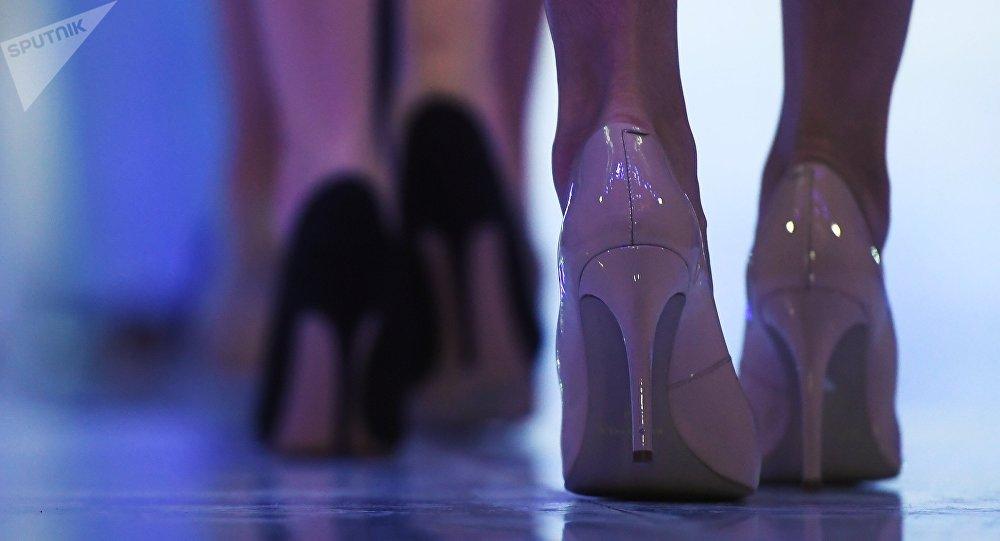 Девушка на высоких каблуках. Архивное фото