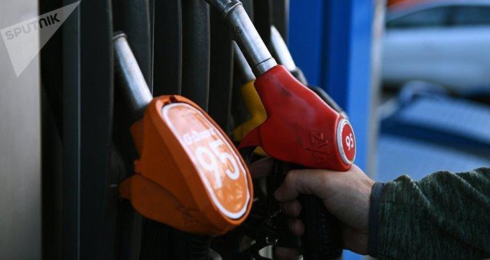 Бензин сатуучу колонка. Архивдик сүрөт