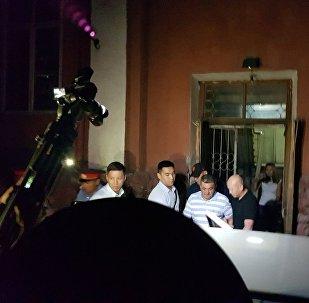 Как Албека Ибраимова увозили из здания суда. Видео
