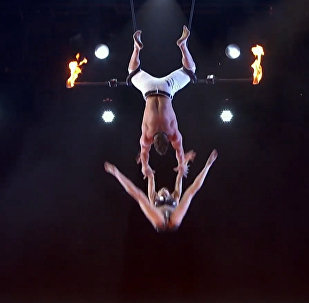 С высоты вниз головой сорвалась участница шоу талантов в США. Видео падения