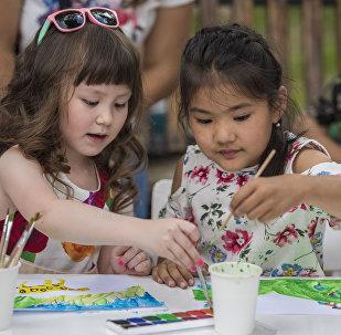 Дети на курсе рисования. Архивное фото