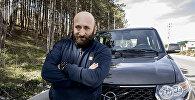 Радиоведущий Гурам Карсанов у автомобиля