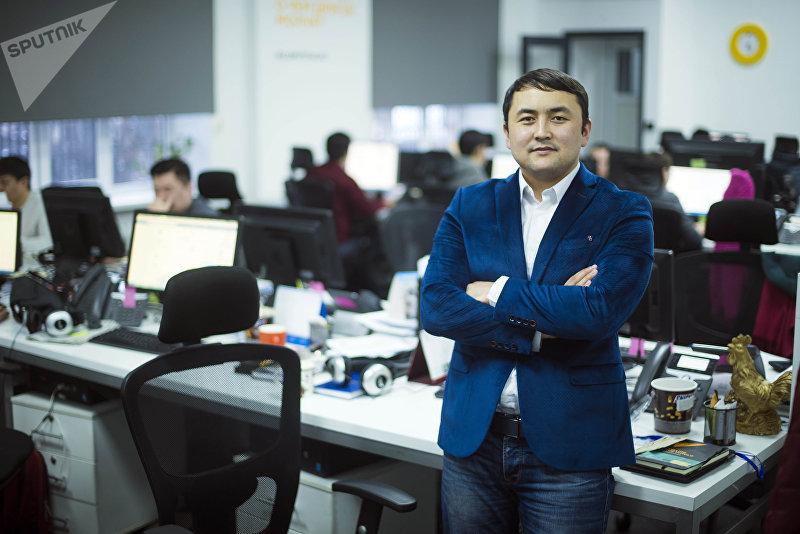 Журналист редакции Sputnik Кыргызстан Исмаил Мамытов в офисе редакции