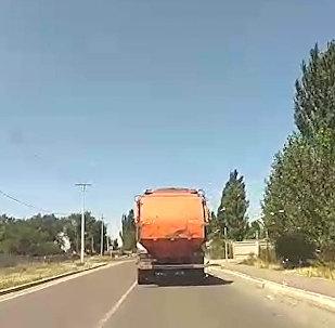 Мусор разлетается по улицам Бишкека из мусоровоза — видео очевидца