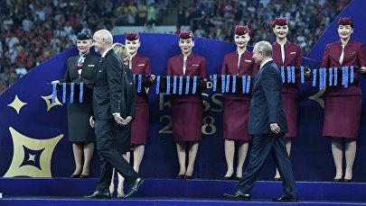 Президент РФ Владимир Путин на церемонии награждения победителей чемпионата мира по футболу FIFA 2018 года на стадионе Лужники. Слева - президент ФИФА Джанни Инфантино. 15 июля 2018.