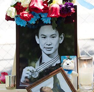 Цветы в память о фигуристе Д. Тене
