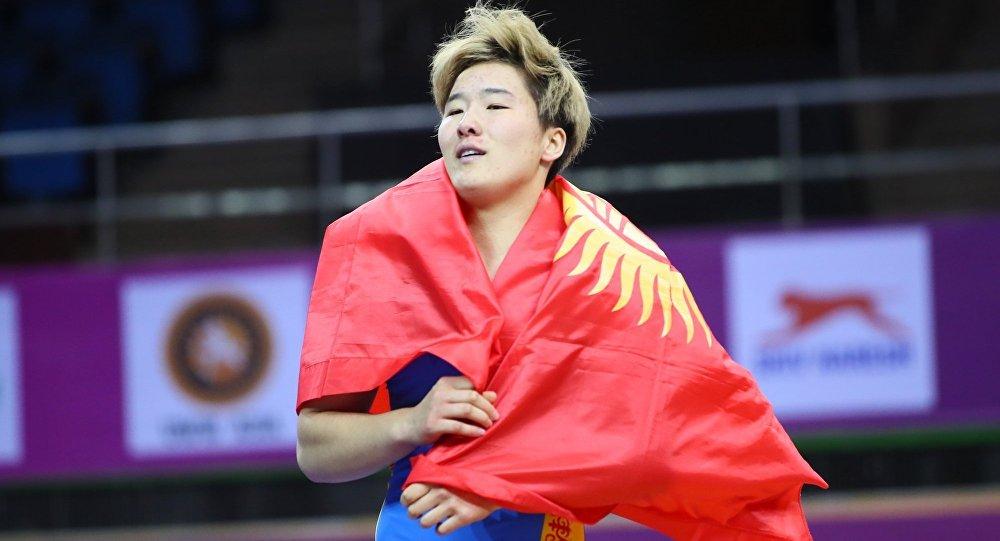 Спортсменка из Кыргызстана Айпери Медет кызы после победы на чемпионате Азии среди юниров в Нью-Дели