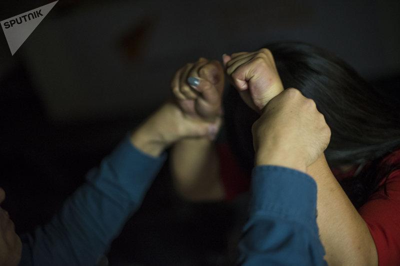 Мужчина использует насилие над девушкой