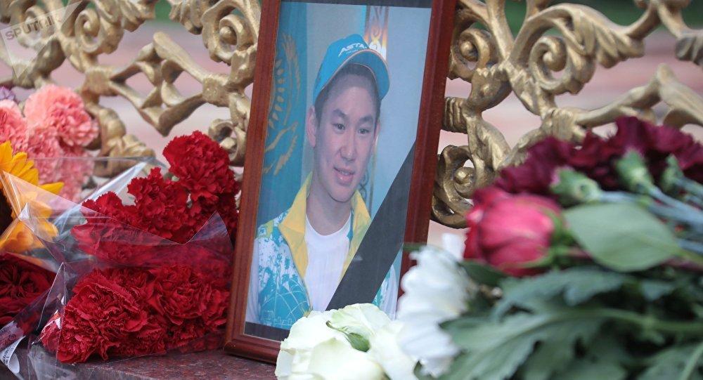 Цветы у посольства Республики Казахстан в память об убитом фигуристе Денисе Тене. Архивное фото