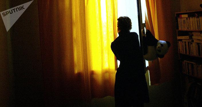 Женщина у окна.  Архивное фото