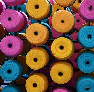 Катушки с нитью на заводе по изготовлению текстиля. Архивное фото