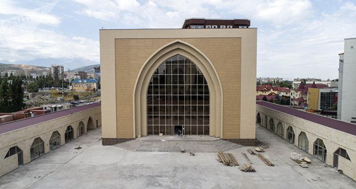 Строительство мечети в память погибших в Апрельской революции 2010 года. Архивное фото