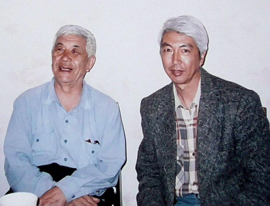 Заведующий кафедрой детской хирургии КРСУ Калыбек Мыкыев с братом акыном, дастанчи и комузистом Тууганбаем Абдиевым