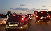Ысык-Көл облусунда Бишкекти көздөй кеткен жолдо бир топ аралыкка жеткен автотыгын пайда болду